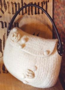 Белая валяная сумочка с кожаной ручкой