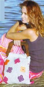 белая вязаная сумка крючком на лето с цветами