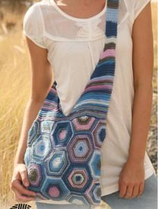 большая вязаная сумка спицами с лямкой через плечо
