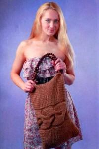 Большая вязаная сумка спицами с поперечной косой.