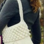 Вязаная сумка с планкой из шишечек фото