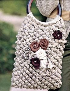 Фото вязаная сумка спицами с розами из ткани