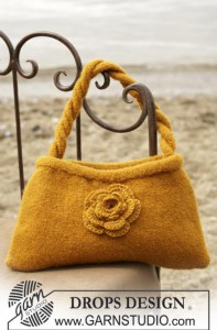 желтая вязаная сумочка в технике валяния с цветком