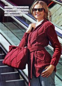 красный вязаный кардиган спицами и сумка с узором из кос и ромбов