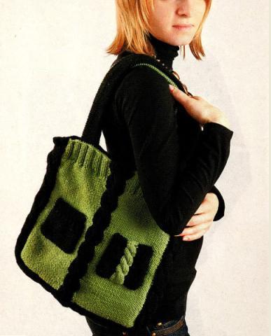 Эта вязаная сумка квадратной формы связана спицами из шерстяной пряжи 2.