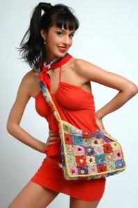летняя вязаная сумка через плечо из квадратов крючком