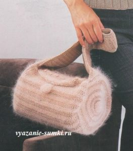 небольшая зимняя вязаная сумочка крючком