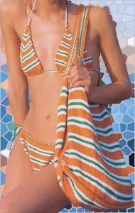 Полосатая пляжная вязаная сумка спицами и вязаный купальник