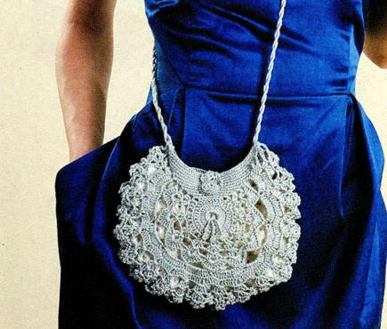 Маленькая свадебная вязаная сумочка.