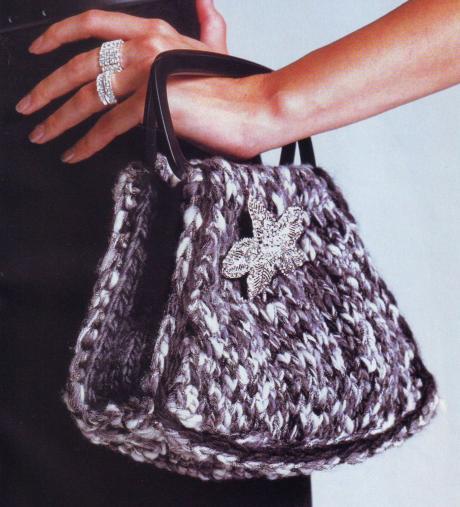 Маленькая вязанная сумочка из меланжевой пряжи.
