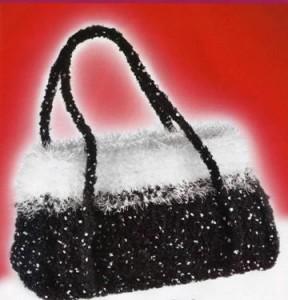 Вечерняя вязанная черно-белая сумочка крючком