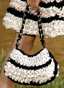 Вязаная сумка chanel из лент черно-белая