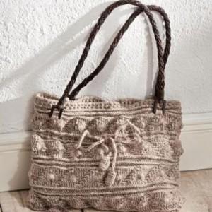 вязаная сумка крючком с узором из полосок и шишечек