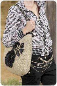 бежевая вязанная сумка Шанель с черной розой