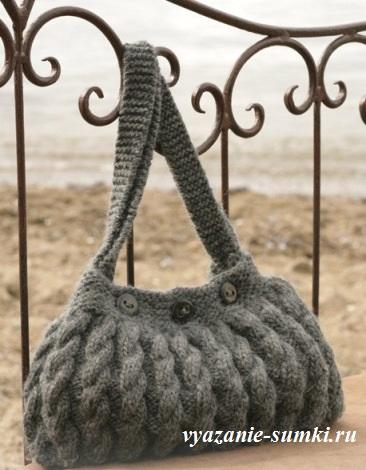 вязаная сумка спицами с узором из кос