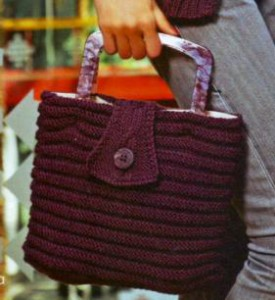 классическая вязаная сумка спицами в рельефную полосу