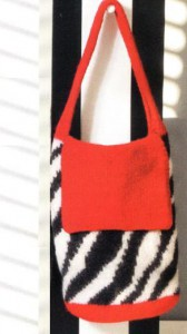 вязаная сумка в технике валяния с узором зебра спицами