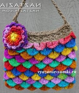 вязаная сумочка крючком с разноцветными чешуйками