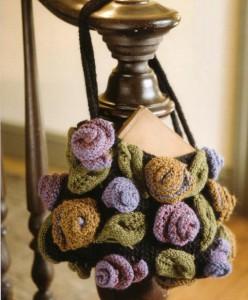 вязаная сумочка спицами с розами
