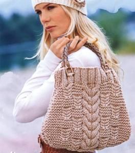 Вязанная сумочка спицами бежевая