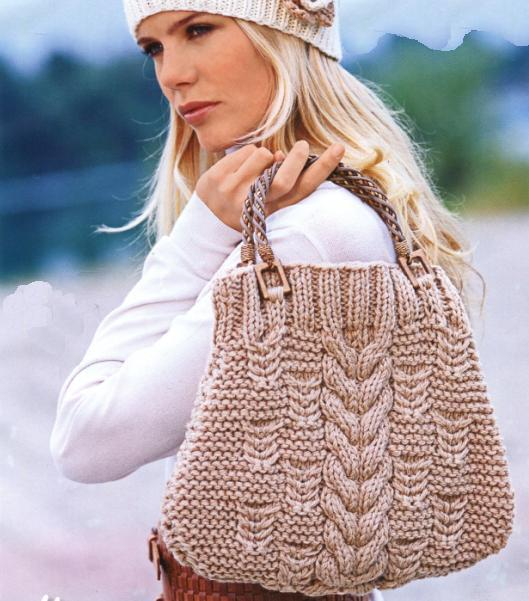Эта сумочка среднего размера, связанная спицами, выполнена из толстой...