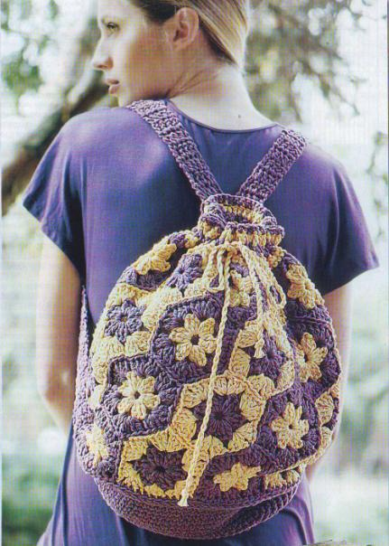 Симпатичный вязаный рюкзак крючком из шестиугольных мотивов.  Удачное сочетание фиолетового с желтым непременно...