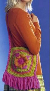 яркая вязаная сумочка с бахромой и цветочком